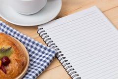 Ruptura de café ao ler um livro Fotos de Stock Royalty Free