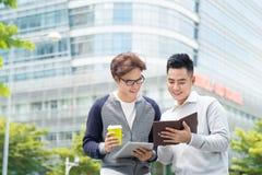 Ruptura de café Dois homens de negócio alegres que falam quando um do Imagens de Stock