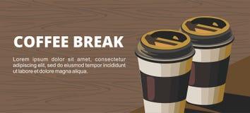Ruptura de café Duas xícaras de café de papel na tabela de madeira Foto de Stock Royalty Free