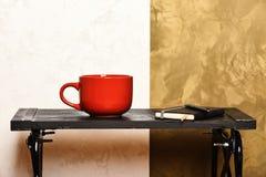 Ruptura de café e conceito produtivo do dia Café quente na tabela preta no interior moderno Diário com pena e copo dentro fotos de stock