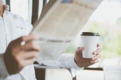Ruptura de café e procurar para a notícia foto de stock royalty free