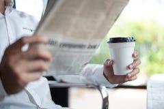 Ruptura de café e procurar para a notícia fotografia de stock royalty free