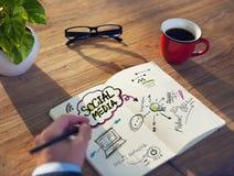 Ruptura de café em um café para a inspiração sobre meios sociais imagem de stock
