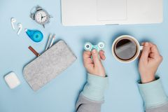 Ruptura de café Mãos da mulher com portátil do girador e copo de café T fotos de stock royalty free