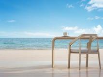 Ruptura de café no trabalho na praia, escritório domiciliário da opinião do mar Fotos de Stock