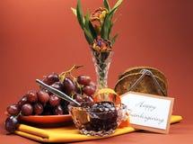 Ruptura do dia da ação de graças ou refeição matinal feliz da manhã com brinde, geleia e uvas Fotografia de Stock Royalty Free