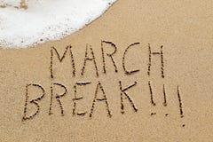 Ruptura do março do texto na areia de uma praia Fotografia de Stock Royalty Free