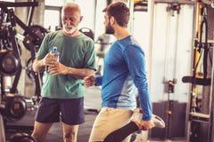 Ruptura e conversa no gym imagens de stock