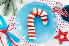 Ruptura engraçada e saudável do bastão de doces da morango da banana - do Natal imagem de stock