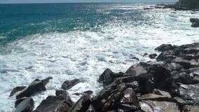 Ruptura enorme das ondas nos penhascos litorais video estoque