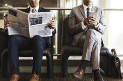 Ruptura Sit Read Newspaper dos homens de negócio imagem de stock