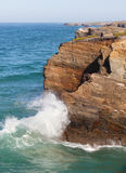 Ruptura sobre rochas, o Oceano Atlântico das ondas Fotos de Stock
