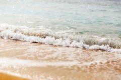 Rupturas azuis poderosas da onda ao longo da costa Fim acima fotos de stock