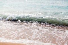 Rupturas azuis poderosas da onda ao longo da costa Fim acima imagens de stock