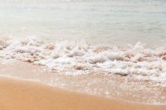 Rupturas azuis poderosas da onda ao longo da costa Fim acima imagem de stock