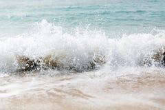 Rupturas azuis poderosas da onda ao longo da costa Fim acima imagens de stock royalty free