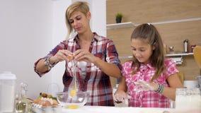 Rupturas da mulher um ovo quando sua filha jogar com a farinha video estoque