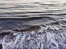 Rupturas da onda de oceano na costa com remoinho fotos de stock royalty free