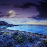 Rupturas da onda do mar sobre pedregulhos na noite Imagens de Stock Royalty Free