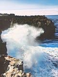 Rupturas gigantes da onda na rocha Ilustração digital do vintage do poder enorme do oceano ilustração royalty free