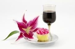 Rupture aimable avec le gâteau et le vin Photographie stock libre de droits