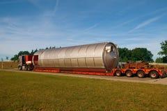 Rupture au travail Une vue d'un camion, d'une semi-remorque de wagon à plate-forme surbaissée et photo libre de droits