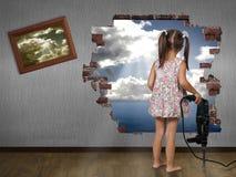 Rupture de fille d'enfant le mur photographie stock libre de droits