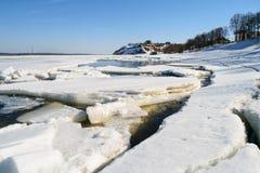 Rupture de la glace sur la rivière Photo libre de droits