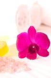 Rupture de station thermale avec la fin d'orchidée et de sel de bain vers le haut Photo libre de droits