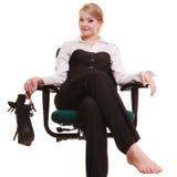 Rupture de travail Femme d'affaires détendant sur la présidence Photos stock