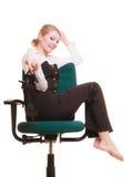 Rupture de travail Femme d'affaires détendant sur la présidence Photographie stock libre de droits