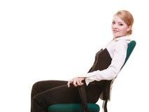 Rupture de travail Femme d'affaires détendant sur la présidence Image libre de droits