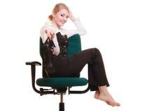 Rupture de travail Femme d'affaires détendant sur la présidence Photo libre de droits