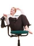 Rupture de travail Femme d'affaires détendant sur la présidence Images libres de droits