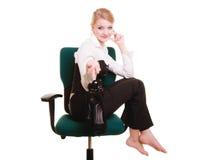 Rupture de travail Femme d'affaires détendant sur la présidence Photos libres de droits