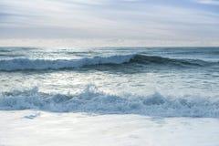 Rupture des ondes d'océan Photographie stock libre de droits