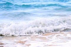 rupture des ondes tropicales de rivage images stock