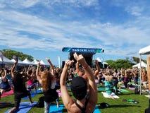 Rupture et mouvement de yogi dans l'adieu : classe blissed et bénie de yoga Image libre de droits