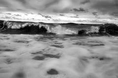 Rupture orageuse de vagues de mer Photographie stock libre de droits