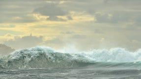 Rupture puissante de ressacs Vague sur la surface de l'océan photographie stock
