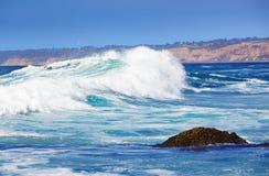 Ruptures bleues d'onde sur la plage de La Jolla la Californie Photographie stock libre de droits