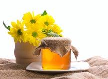 Rural aún, miel y manojo de flores Fotografía de archivo libre de regalías