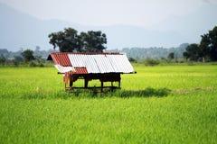 Rural con los pequeños fondos de las montañas de la cabaña imagenes de archivo