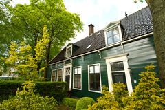 Rural dutch scenery of small old houses and canal in Zaanse, Net Stock Photography