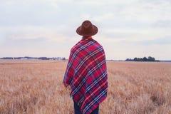 Rurale vivente, stile della campagna, uomo in cappello coperto in plaid a quadretti accogliente fotografie stock libere da diritti