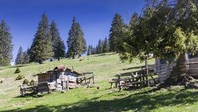 Rurales típicos scen en Padis con paisaje provincial en Rumania imagen de archivo
