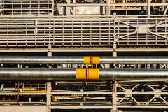 Rurociąg rafinerii izolacja przy strefą przemysłowa i fabryka obraz stock