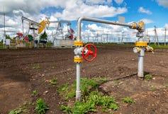 Rurociąg z kontrolną klapą przeciw tło pompy dźwigarce Zdjęcie Stock