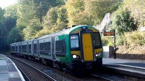 Ruruje pociąg przy platformą w Londyn w Tanworth w Arden zdjęcia stock
