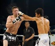 Rus versus Koreaanse Thaise bokser in Bangkok stock afbeelding